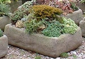 Osázená kamenná koryta